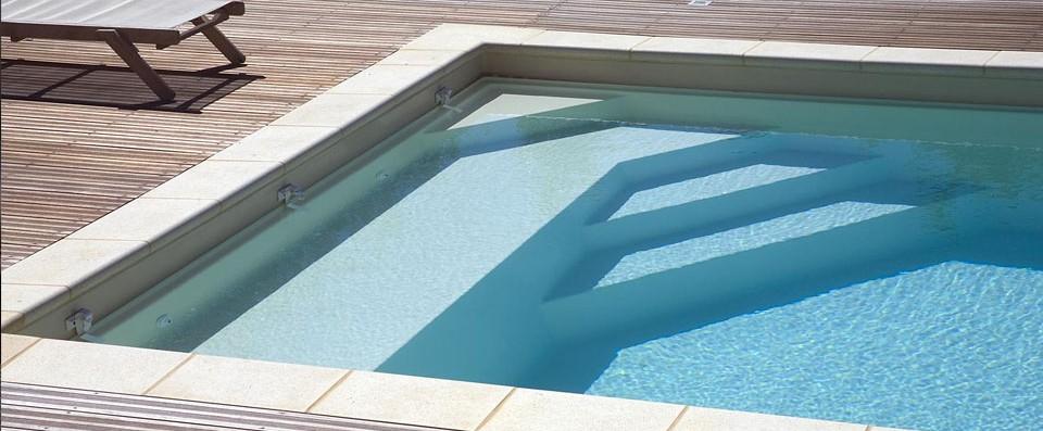 Nos piscines coque en polyester r alis es et pos es en gironde - Piscine bois avec escalier integre ...