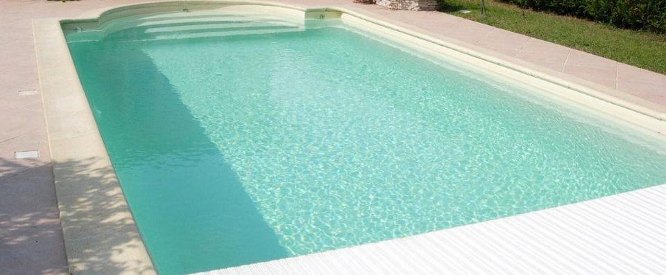 Nos piscines coque en polyester r alis es et pos es en gironde for Piscine coque volet immerge