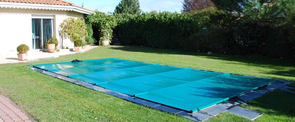 Piscine carrelage vert bordeaux maison design for Peinture piscine polyester