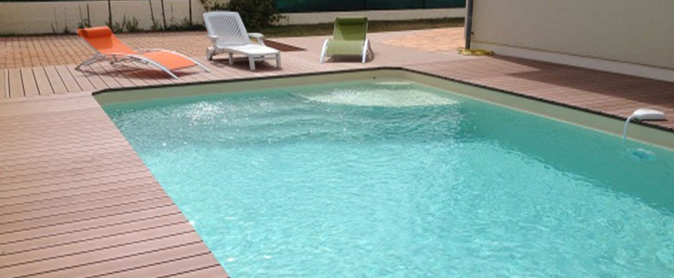 Terrasse piscine sur sable for Piscine coque polyester grise